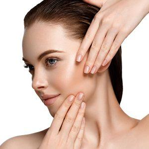 Frau mit Make Up hält Hände ins Gesicht