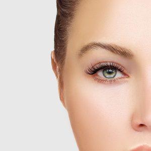 Halb abgebildetes Gesicht einer jungen Frau mit perfekten Wimpern