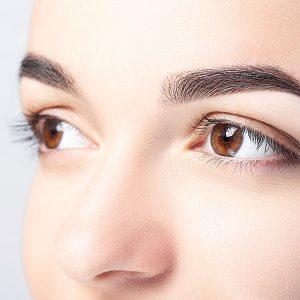 Sehr definierte Augenbrauen einer jungen Frau durch Microblading