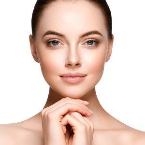 Portrait einer jungen Frau mit glatter Haut und konturiertem Gesicht