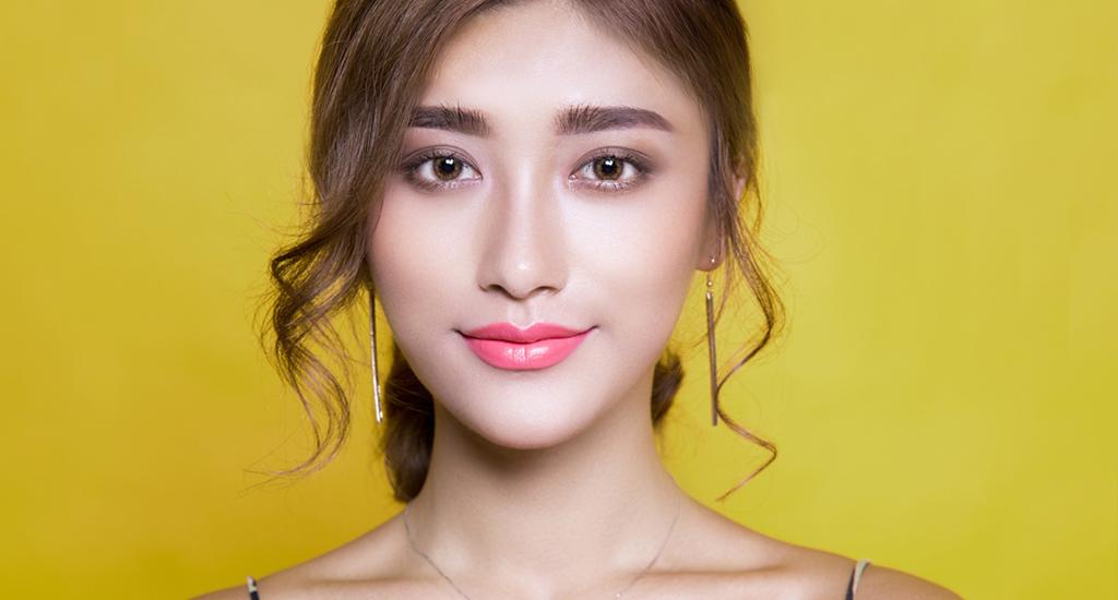 Asiatische junge Frau vor oliv Hintergrund