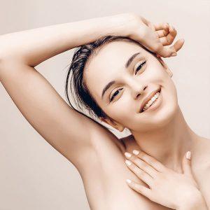 Junge lächelnde Frau mit glatter Haut