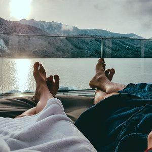 Blick auf ein Talsee aus der Sicht von einem Paar